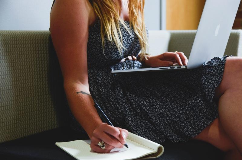 zena-pracuje-notebook